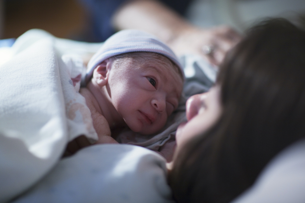 La primera hora tras el nacimiento. ¡No distraigan a la madre!  Michel Odent