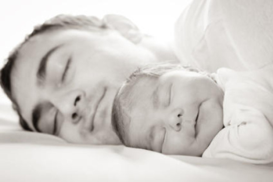 El colecho ayuda a los padres varones a sintonizar biológicamente con su bebé